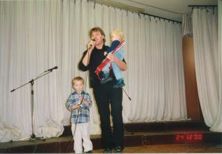 Vater Karl-Heinz mit Tobias und Jonas beim Weihnachtskonzert 2000